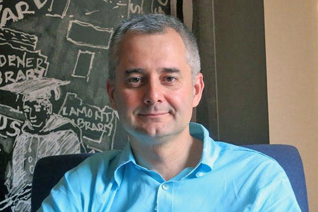 """Albert-László Barabási s-a nascut in 1967 la Carta, o localitate din Harghita, intr-o familie de etnici maghiari. A studiat fizica si ingineria la Universitatea Bucuresti. Inca de atunci, pasionat de teoria haosului, a inceput sa publice lucrari de referinta. Barabási a plecat din Romania imediat dupa terminarea facultatii, in 1989, si s-a stabilit in Ungaria, unde a urmat un master la Universitatea Eötvös Loránd din Budapesta. Trei ani mai tarziu avea sa obtina doctoratul in fizica la Boston University. In 2002, Barabási a devenit cel mai tanar profesor al Notre Dame University din Indiana, iar in 2004 a infiintat Centrul pentru Studierea Retelelor Complexe. Trei ani mai tarziu a devenit director al Centrului pentru Stiinta Retelelor de la Northeastern University. Cele mai cunoscute carti ale sale sunt """"Linked'- despre cum fiecare lucru este conectat cu restul lucrurilor si ce inseamna asta pentru afaceri, stiinta si viata de zi cu zi- si """"Bursts' –tiparul ascuns din spatele fiecarui lucru pe care il facem , de la e-mail la cruciadele sangeroase. Albert-László Barabási are tripla cetatenie, romana, maghiara si americana."""